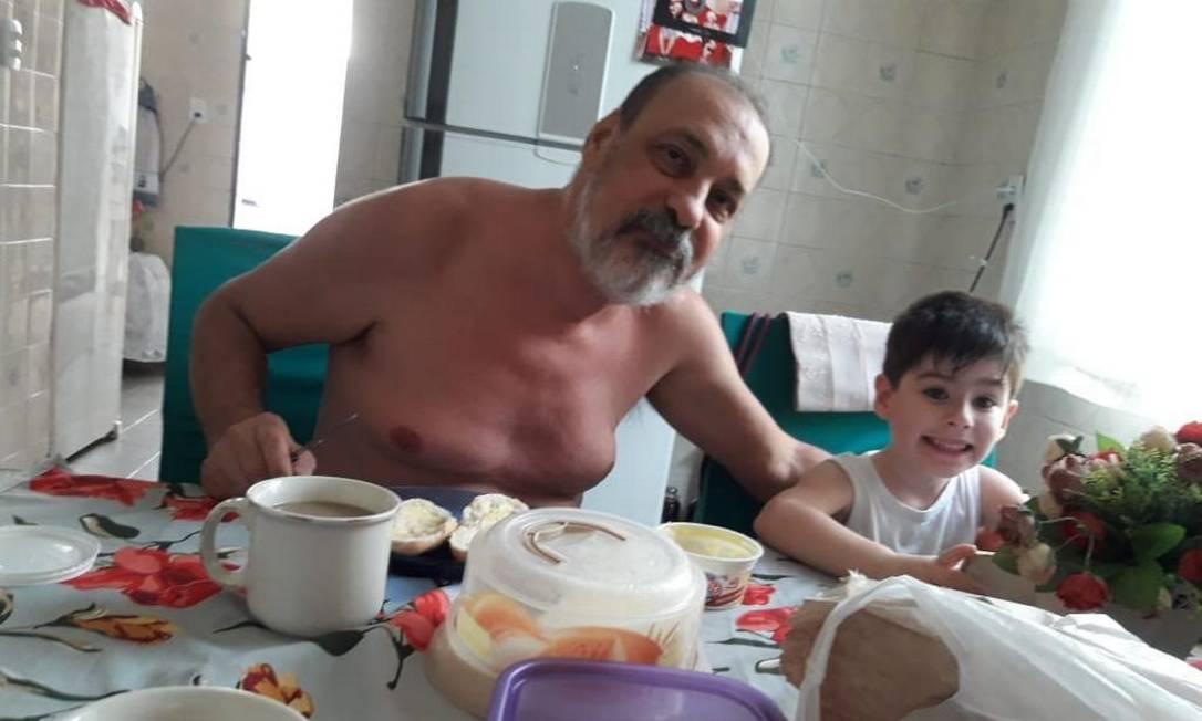 O menino Henry com o avô materno, Fernando José Fernandes da Costa e Silva Foto: Reprodução