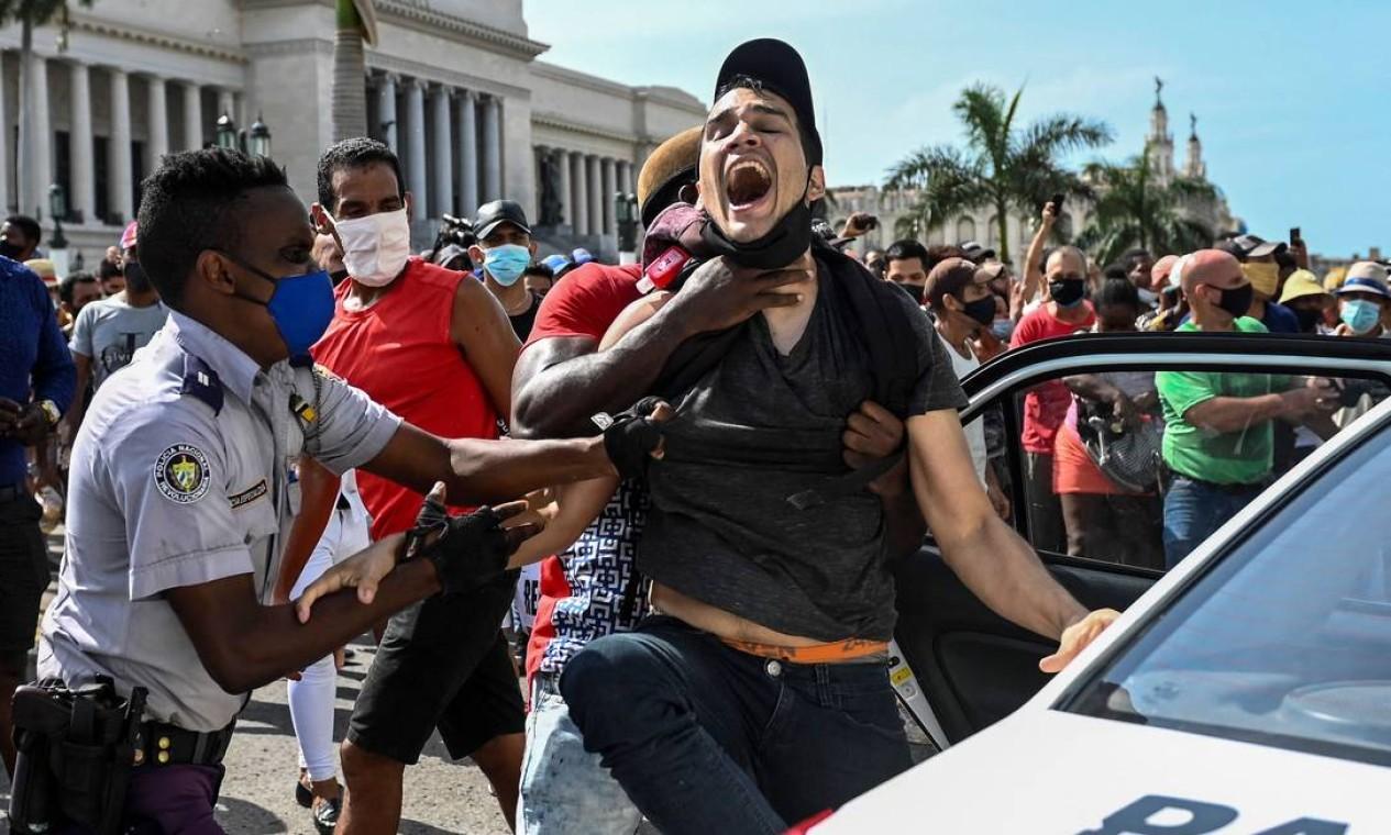 Homem é preso durante uma manifestação contra o governo do presidente cubano Miguel Diaz-Canel em Havana Foto: YAMIL LAGE / AFP