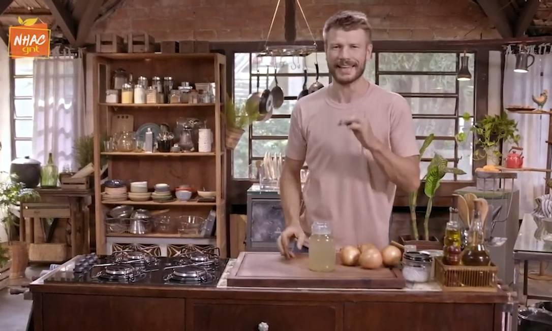 Hilbert: o apresentador do 'Tempero de família' ensina a fazer sopa de cebola Foto: Reprodução