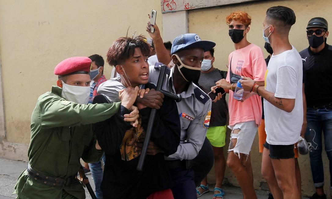 Policiais detêm manifestantes durante protestos contra e a favor do governo em Havana, Cuba Foto: STRINGER / REUTERS