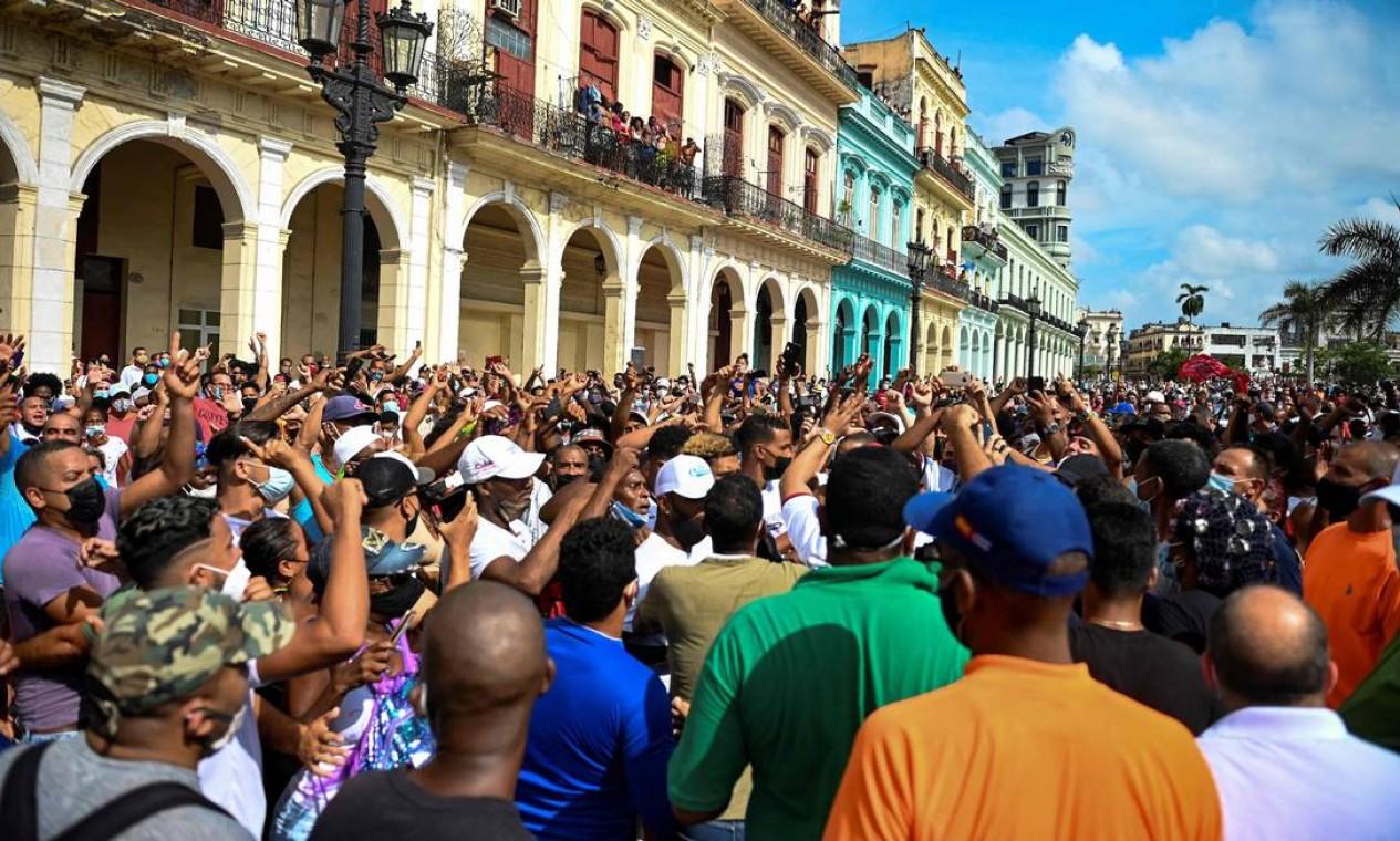 """Milhares de cubanos marcharam pelas ruas de Havana neste domingo, em um ato raro contra o governo, aos gritos de """"abaixo a ditadura """"e"""" queremos liberdade"""" Foto: YAMIL LAGE / AFP"""