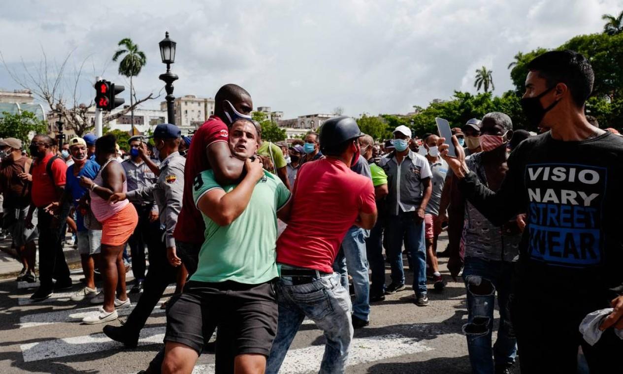Cubanos foram às ruas contra o governo e a crise socioeconômica na ilha, agravada pela pandemia da Covid-19, registrando escassez de alimentos e remédios Foto: ADALBERTO ROQUE / AFP