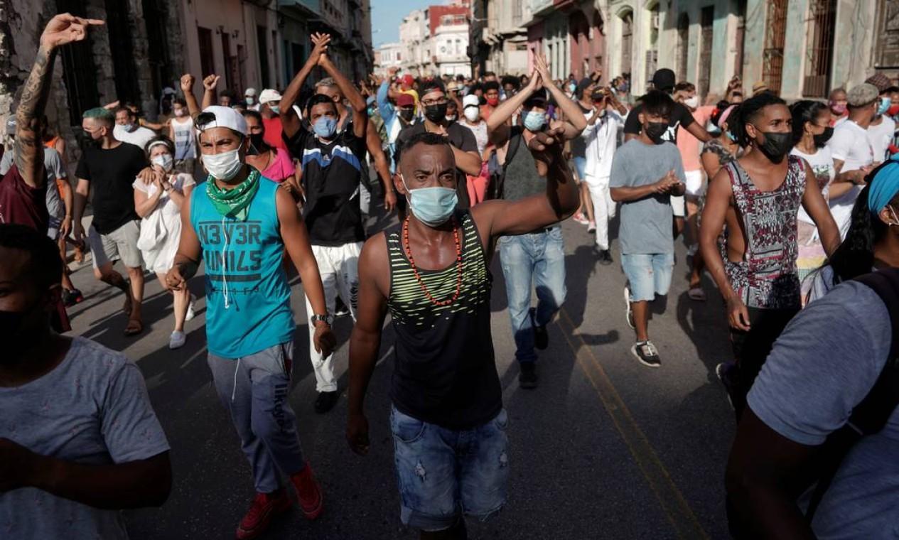 Manifestantes marcham pelas ruas da capital, Havana, durante ato contra governo do presidente Miguel Díaz-Canel Foto: ALEXANDRE MENEGHINI / REUTERS