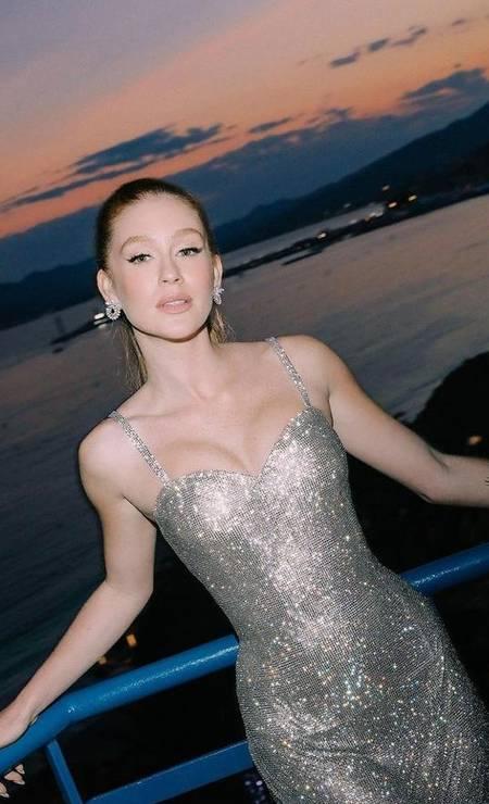 Primeiro, Marina Ruy Barbosa foi vista com look fashionista no Sul da França. Depois, com vestido prata supersexy da Dolce & Gabbana (foto) e, por fim, com pretinho com transparências reveladoras da Valentino no tapete vermelho. Linda e poderosa, a atriz vem ofuscando as estrelas gringas no Festival de Cannes Foto: Reprodução/Instagram
