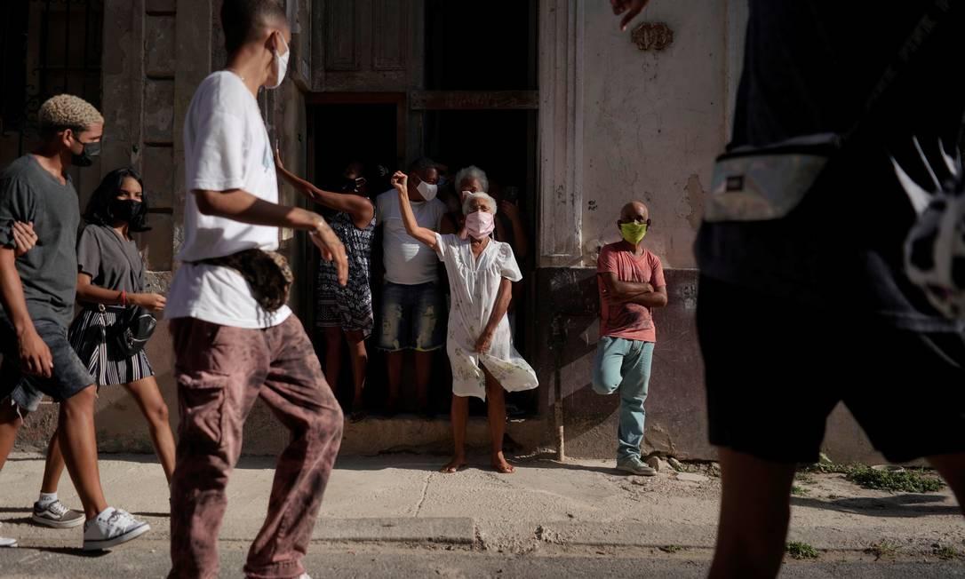 Pessoas gritam palavras de ordem durante um protestos contra e a favor do governo cubano, em Havana Foto: ALEXANDRE MENEGHINI / REUTERS