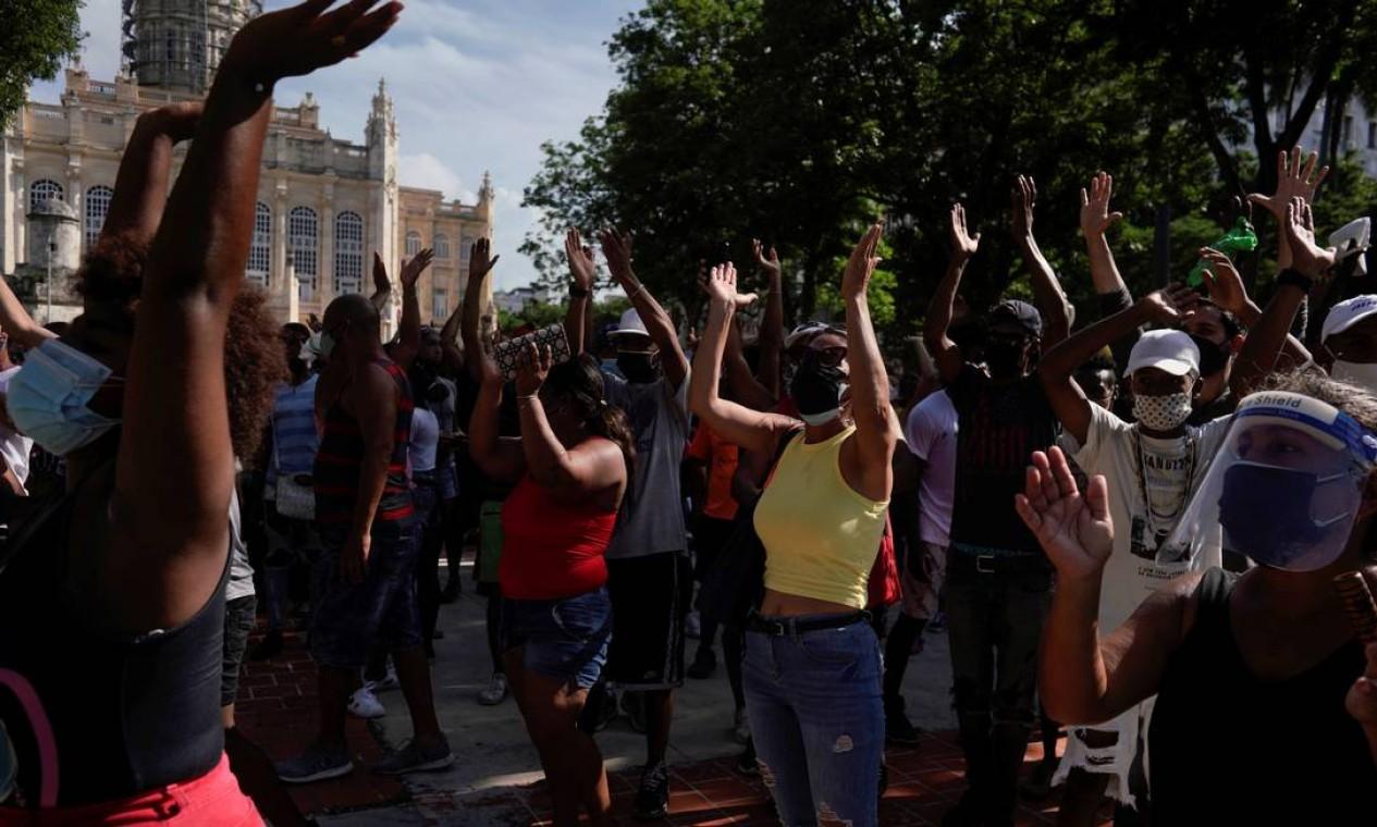 """Gritos de """"liberdade"""" e """"Díaz-Canel, renuncie"""" abafaram os apoiadores do governo que gritavam """"Fidel"""" Foto: ALEXANDRE MENEGHINI / REUTERS"""