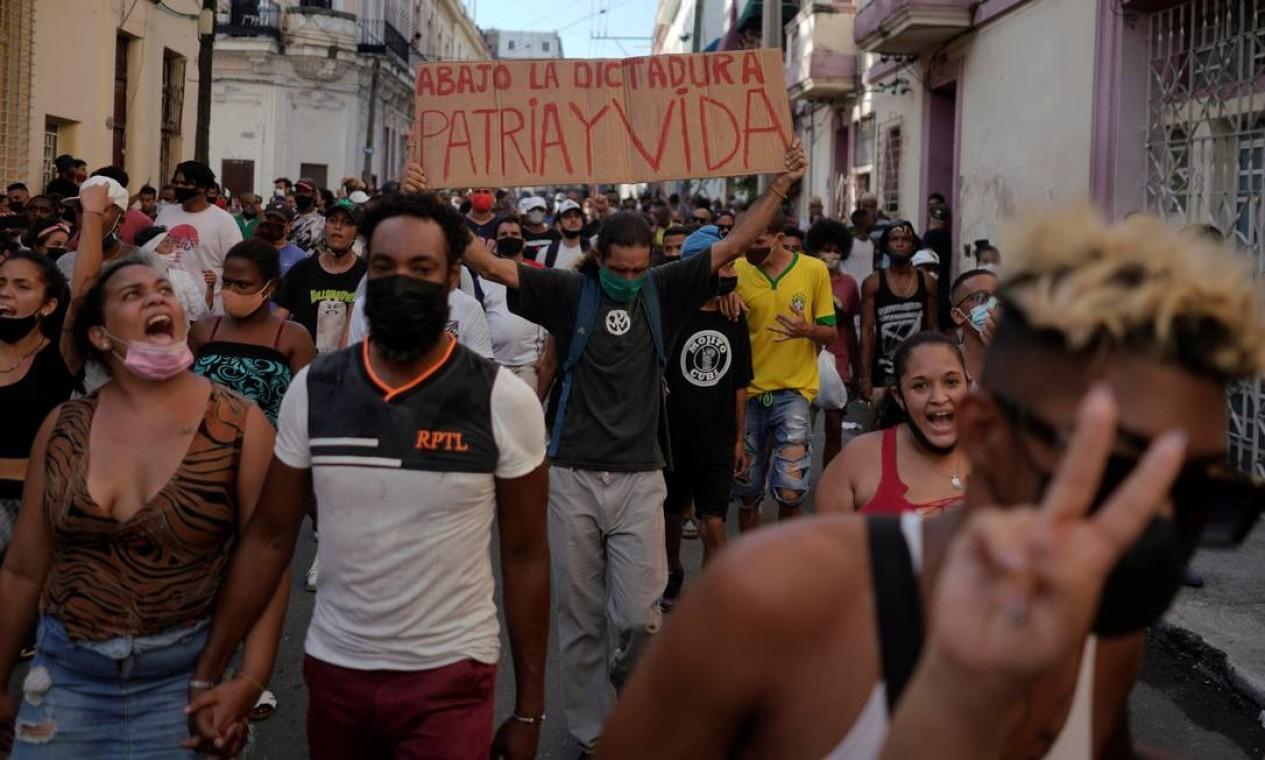 """Manifestante leva um cartaz com as frases """"abaixo a ditadura"""" e """"pátria e vida"""" Foto: ALEXANDRE MENEGHINI / REUTERS"""