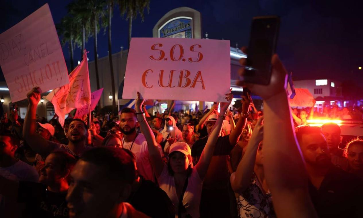 Manifestações similares ocorreram também fora da ilha. Em Miami, na Flórida, pessoas se reuniram perto de Versalhes, um restaurante cubano no bairro de Little Havana, em apoio aos protestos em Cuba Foto: Anna Moneymaker / AFP