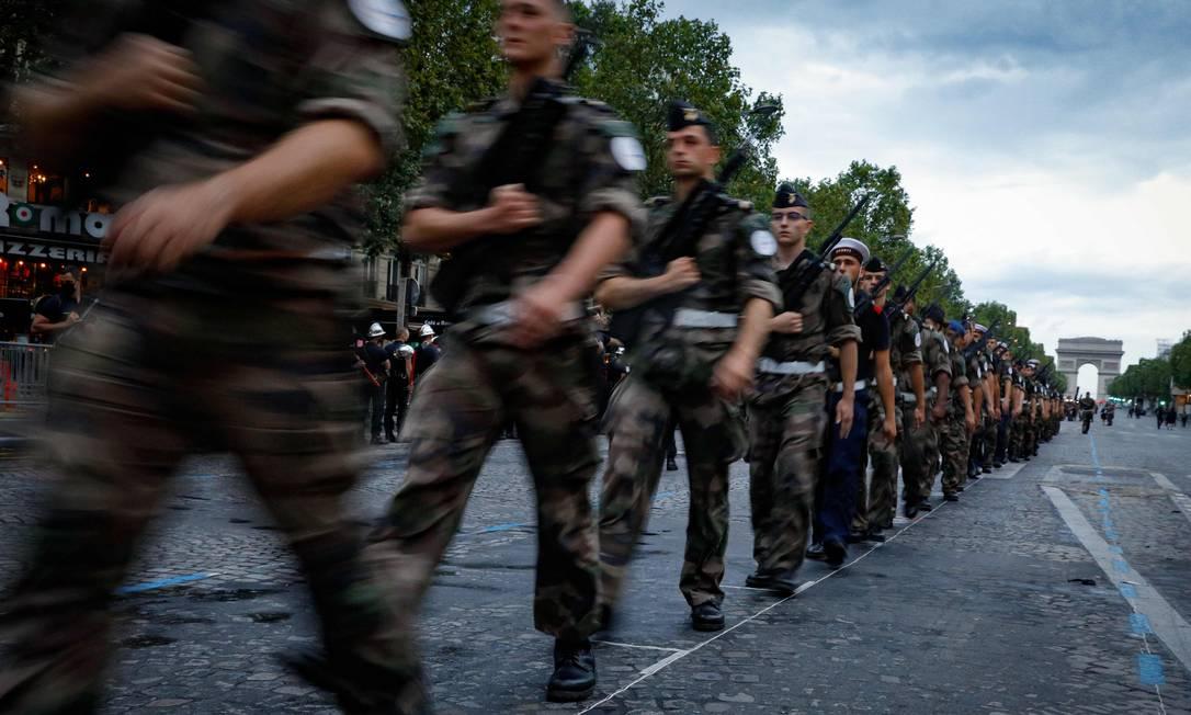 Forças do exército francês marcham durante ensaio do desfile do Dia da Bastilha, celebrado em 14 de julho, na Champs-Élysées, em Paris Foto: GEOFFROY VAN DER HASSELT / AFP