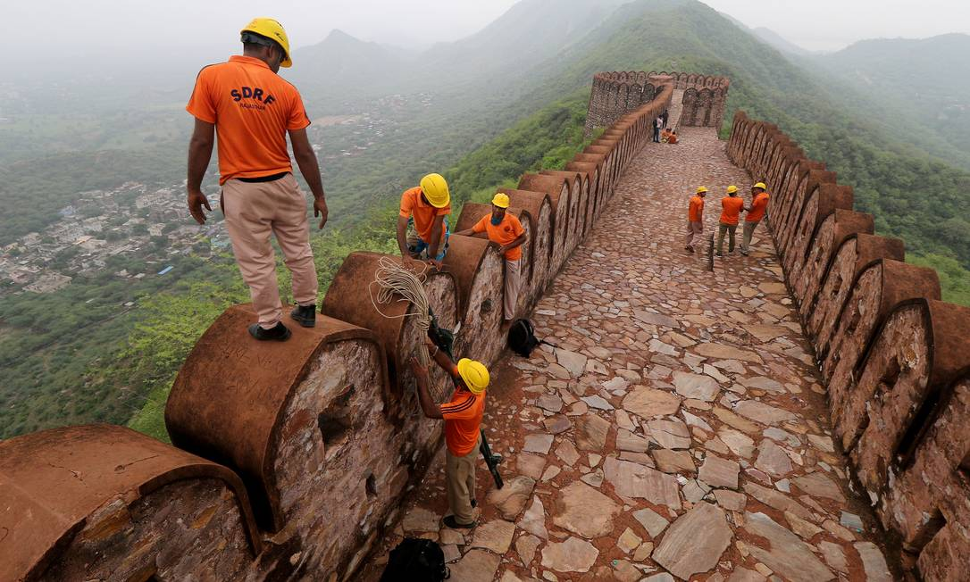 Membros da Força de Resposta a Desastres do Estado conduzem uma operação de busca após um relâmpago em uma torre de vigia perto do Forte Amer, em Jaipur, no estado desértico de Rajasthan, Índia Foto: STRINGER / REUTERS