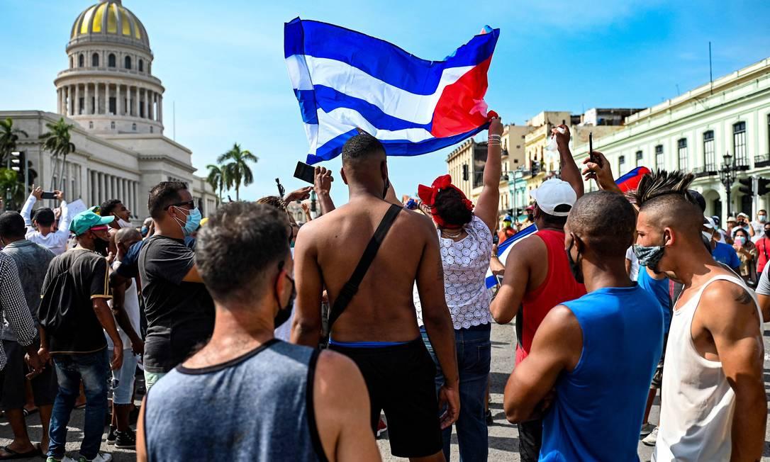 Cubanos protestam em frente à sede do Congresso contra governo do presidente Miguel Díaz-Canel em Havana Foto: YAMIL LAGE / AFP/11-07-2021