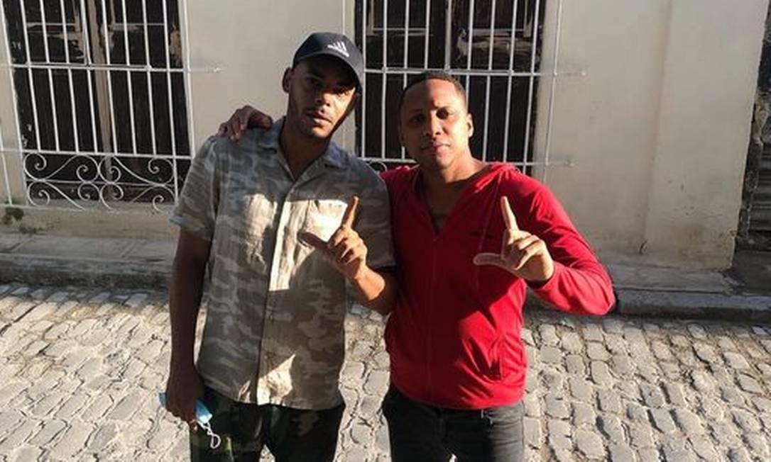 Denis Solís (dir.), recém saído da prisão, abraçado com seu amigo e também rapper El Funky Foto: Reprodução / Facebook