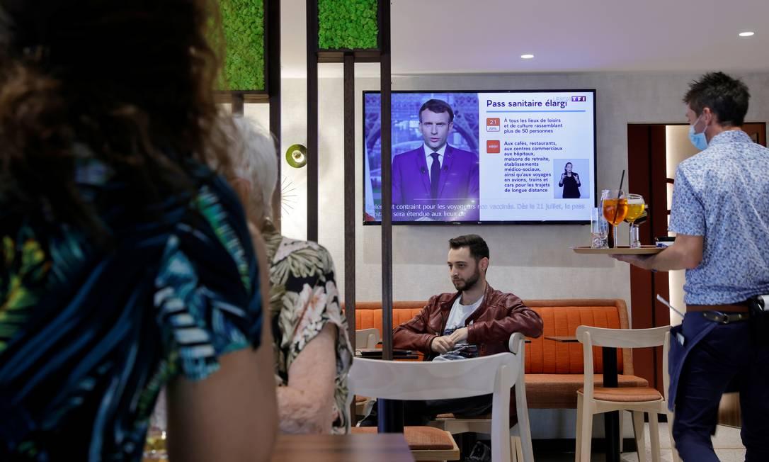 TV de bar em Cambrai, na França, mostra pronunciamento do presidente Emmanuel Macron sobre a Covid-19 Foto: PASCAL ROSSIGNOL / REUTERS