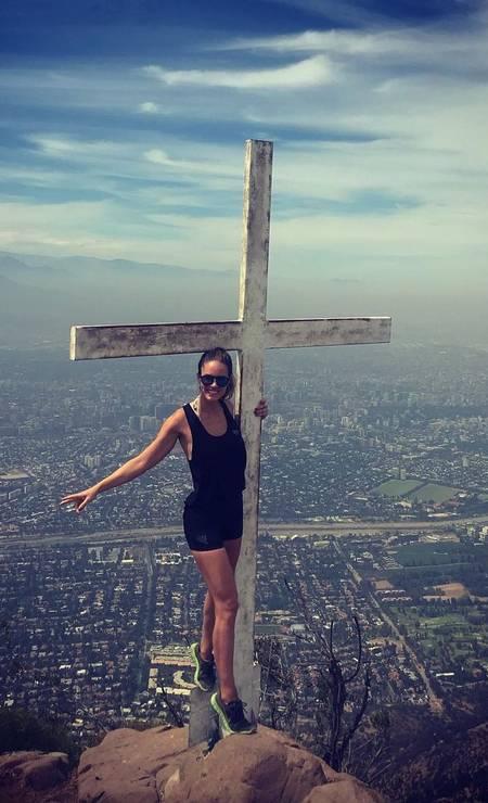 A modelo no topo do Cerro Manquehue, em Santiago Foto: Reprodução / Instagram