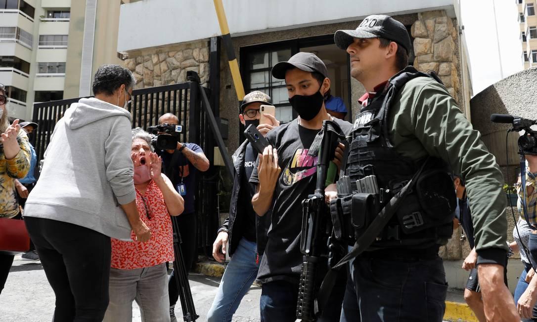Integrantes das forças especiais da policia venezuelana do lado de fora da casa do líder oposicionista Juan Guaidó, em Caracas Foto: LEONARDO FERNANDEZ VILORIA / REUTERS