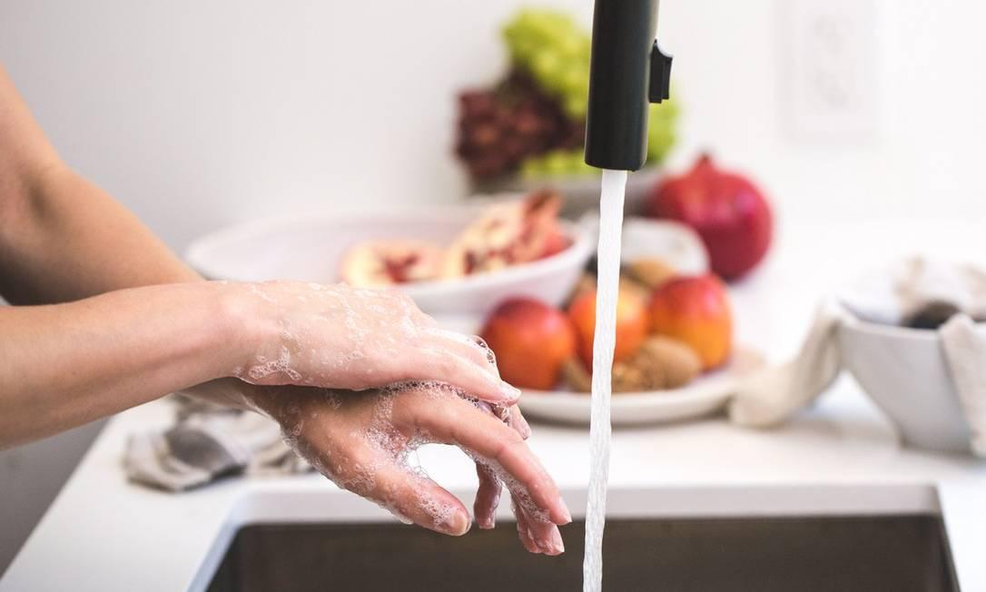 Ao ensaboar as mãos, o ideal é fechar a torneira Foto: Pexels