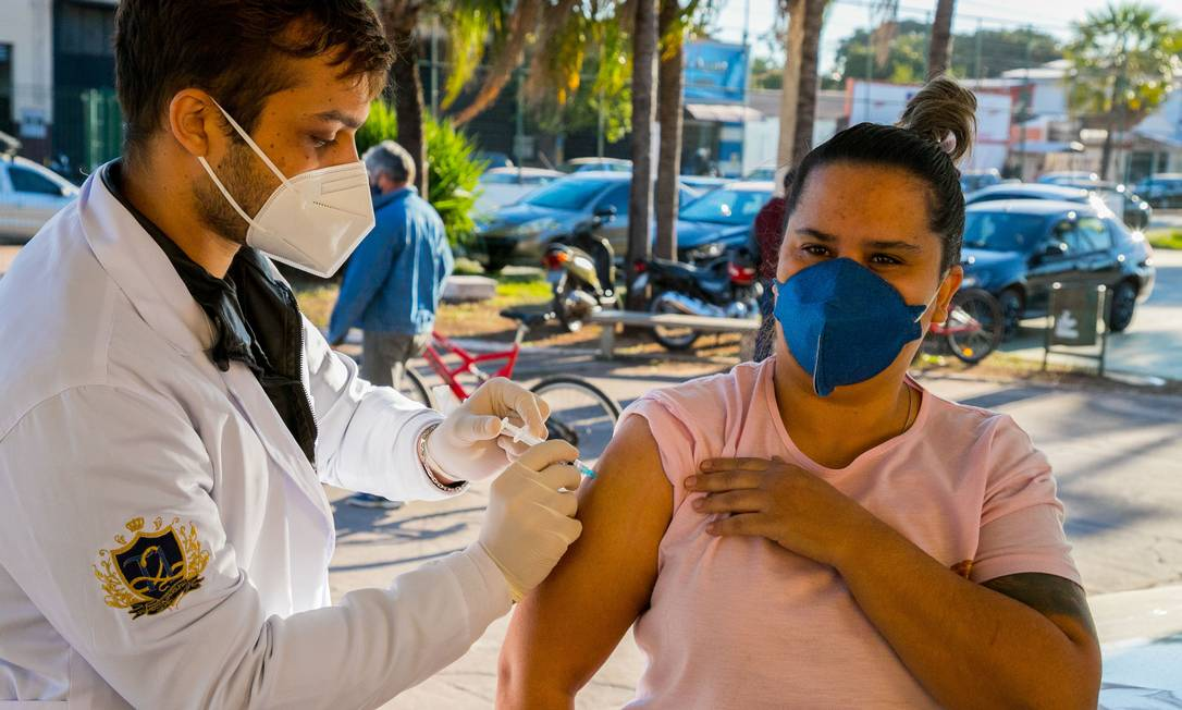 Força-tarefa em Corumbá. Incentivos financeiros aos municípios e estratégias para atrair a população contribuíram para a celeridade da imunização no MS Foto: Clóvis Neto / Fotoarena
