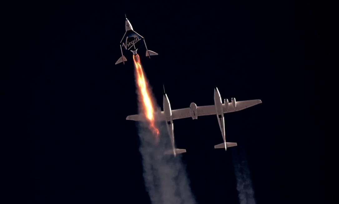 El vuelo de la Virgen se realizó bajo la llamada Línea Karman, la marca de 100 kilómetros considerada el límite entre la atmósfera y el espacio.  Bezos promete superar esta foto fronteriza: Virgin Galactic / vía Reuters