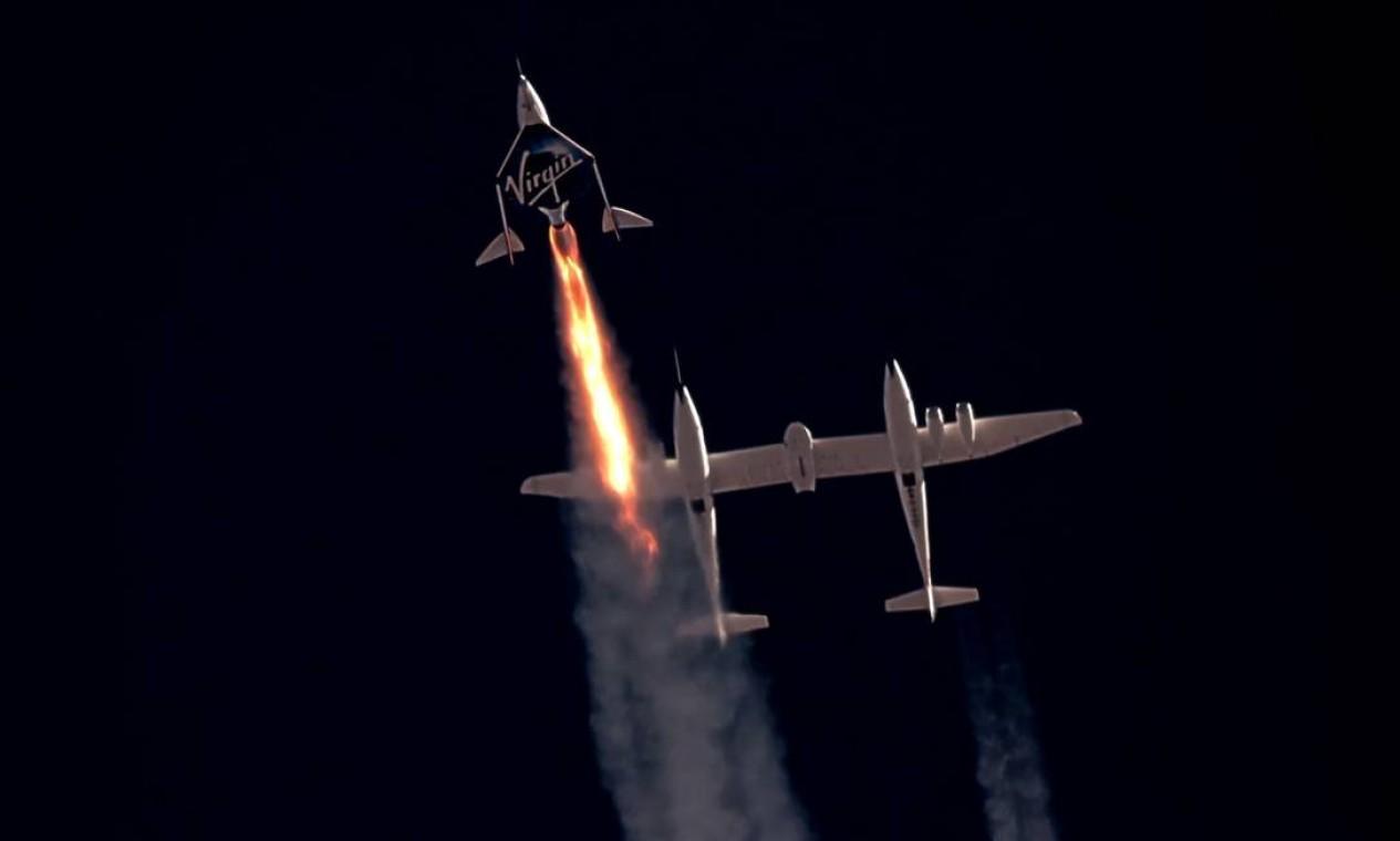 O voo da Virgin ficou abaixo da chamada Linha de Kármán, marca de cem quilômetros considerada o limite entre atmosfera e espaço. Bezos prometeu ultrapassar essa fonteira Foto: VIRGIN GALACTIC / via REUTERS