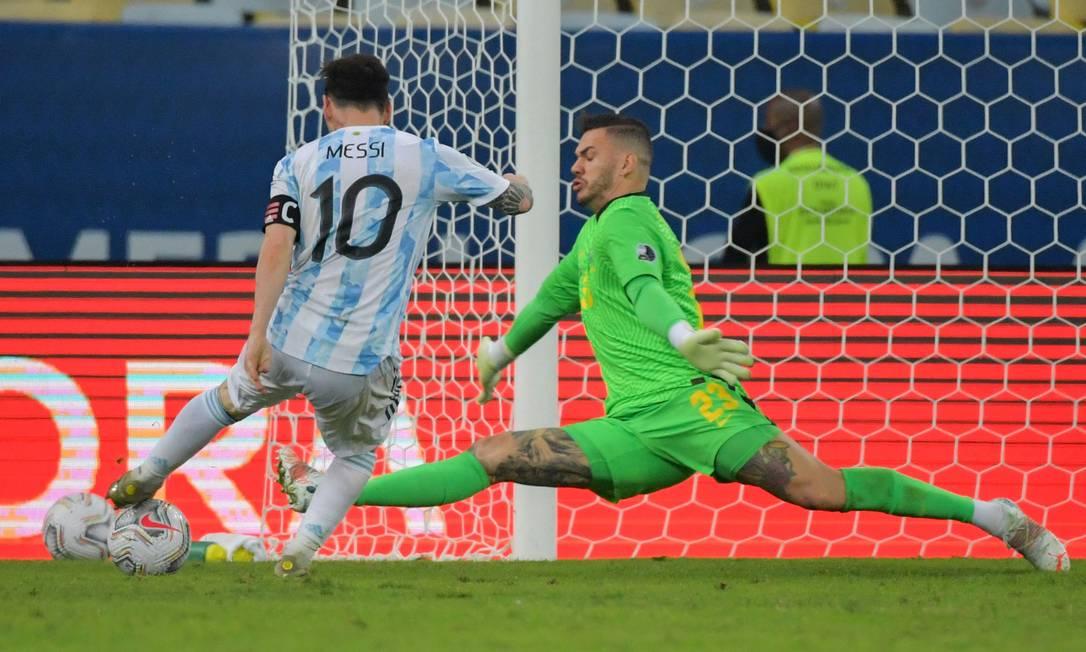Messi tenta passar pelo goleiro Ederson na final da Copa América Foto: NELSON ALMEIDA / AFP
