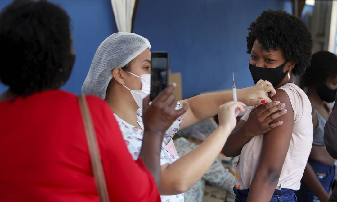 Vacinação em população de 18 anos ou mais no Polo Sanitário Washington Luiz, São Gonçalo, Rio de Janeiro Foto: FABIANO ROCHA / Agência O Globo