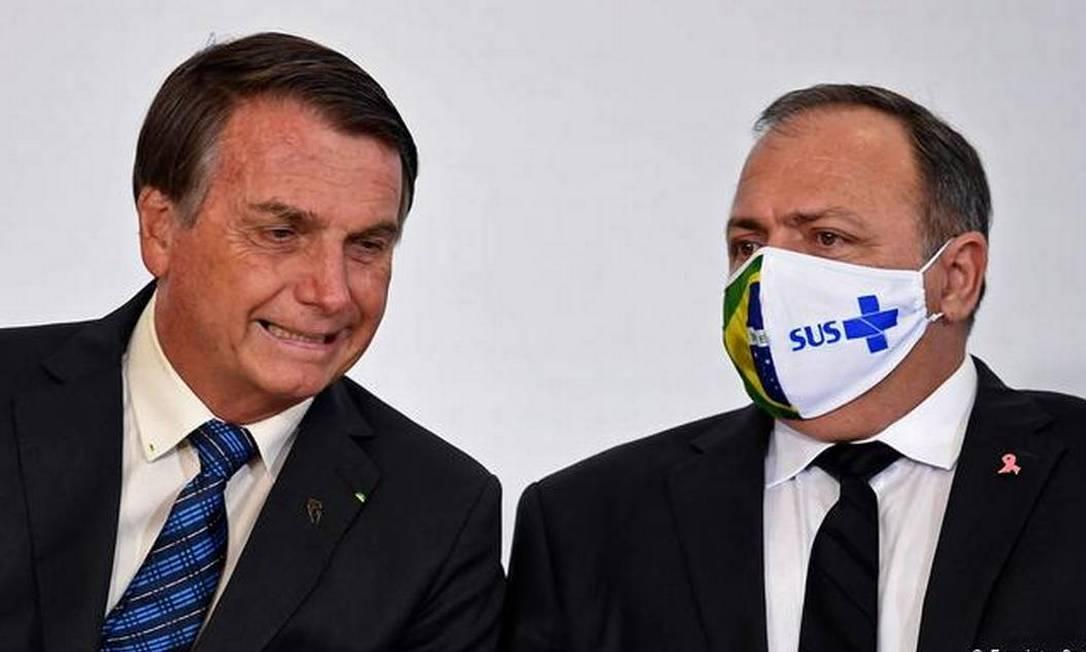 O presidente Jair Bolsonaro e o ex-ministro da Saúde Eduardo Pazuello Foto: AFP