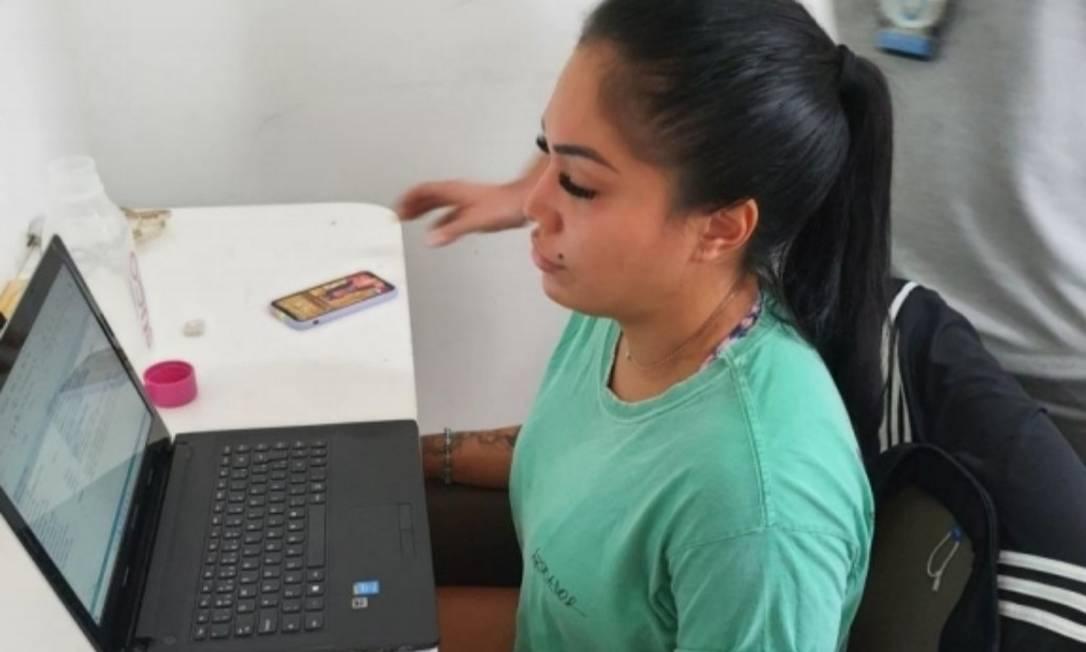Rayane: flagrante diante do computador com o script Foto: Reprodução