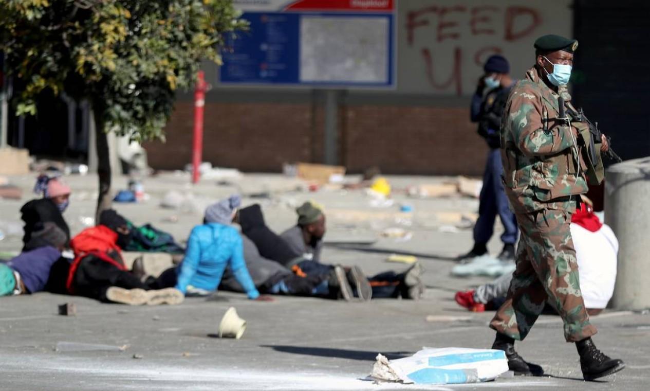 Militares mantêm supostos saqueadores do lado de fora do shopping Diepkloof Foto: SIPHIWE SIBEKO / REUTERS