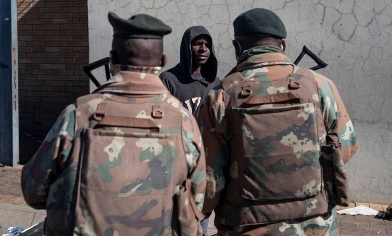 Exército foi enviado para as ruas para tentar controlar a situação e mais de 1.200 pessoas foram presas Foto: EMMANUEL CROSET / AFP