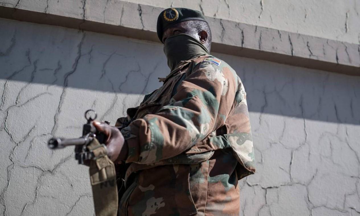 Um soldado da Força de Defesa Nacional da África do Sul (SANDF) monta guarda em Soweto Foto: EMMANUEL CROSET / AFP