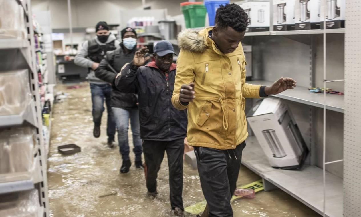 Iniciadas com protestos de seguidores do ex-presidente Jacob Zuma (2009-2018) contra sua prisão, em 7 de julho, as manifestações se transformaram em uma onda de violência, com centenas de lojas saqueadas Foto: MARCO LONGARI / AFP