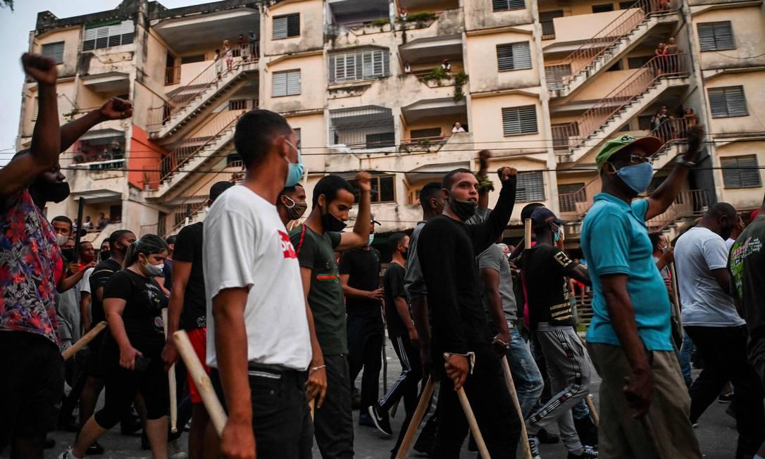 Manifestantes participam de protesto na segunda-feira, na periferia de Havana: autoridades confirmaram a morte de uma pessoa Foto: YAMIL LAGE / AFP