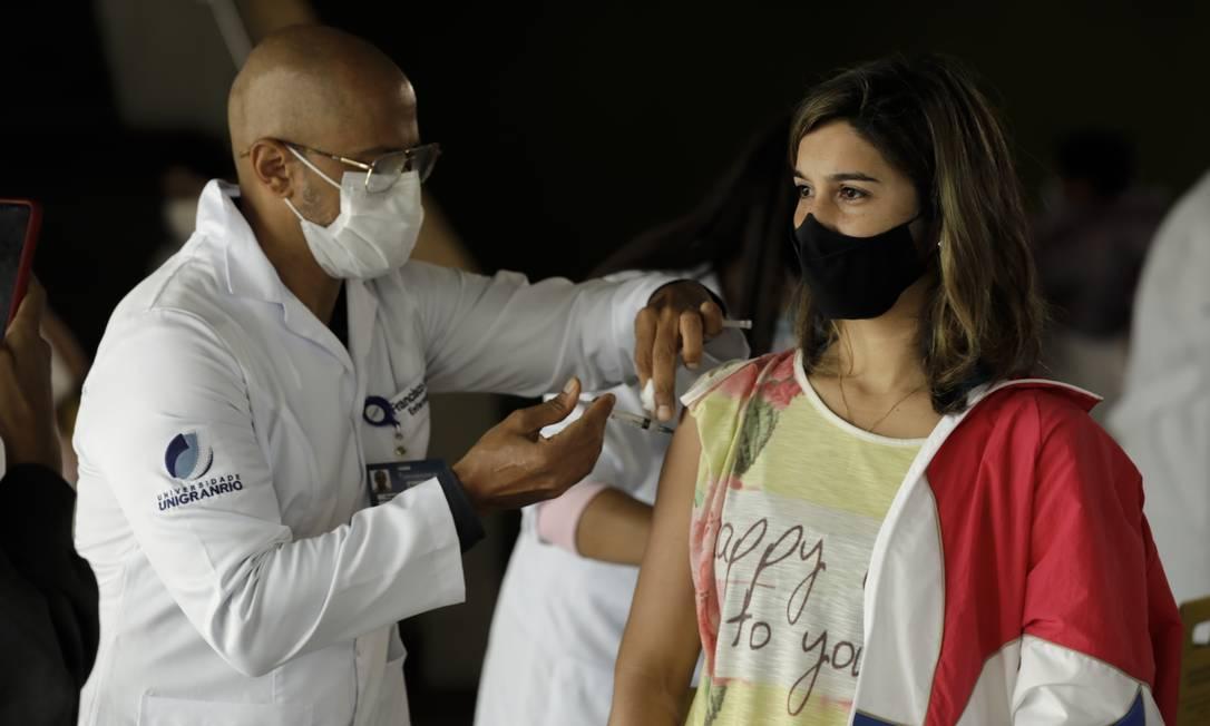 Mulher é vacinada na Cidade das Artes, na Barra da Tijuca, no Rio de Janeiro Foto: Gabriel de Paiva / Agência O Globo