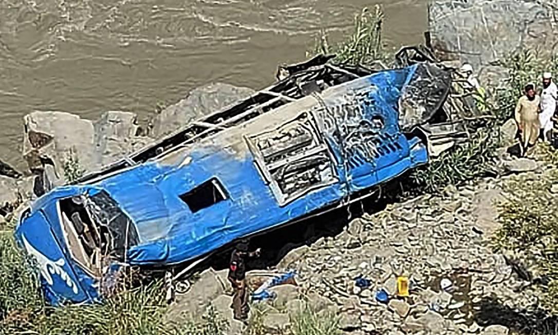 Destroços do ônibus que caiu e explodiu no distrito de Kohistan, no Paquistão, deixando ao menos 13 mortos Foto: - / AFP
