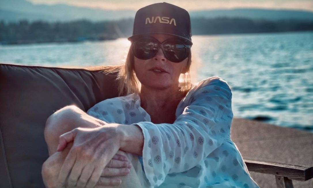 Kim Cattrall, que interpretava 'Samantha Jones' em 'Sex and the City', relaxa à beira mar Foto: Reprodução/Instagram