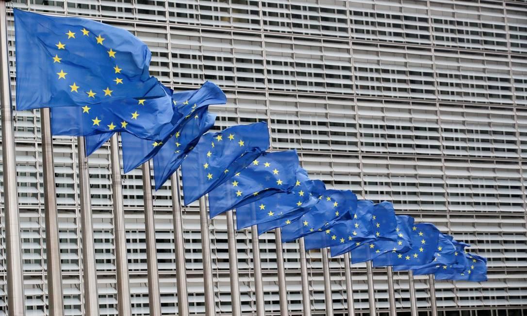 União Europeia hasteadas no lado de fora da sede da Comissão Europeia, em Bruxelas Foto: YVES HERMAN / REUTERS/14-7-21