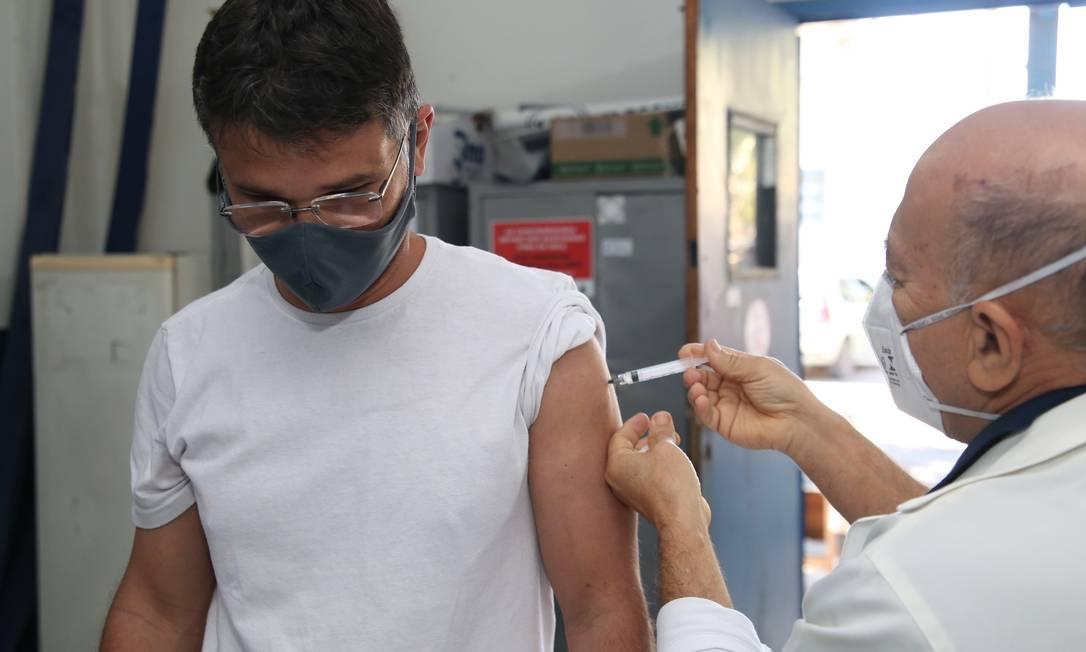 Homem recebe a vacina na policlínica de São Lourenço, no Centro de Niterói Foto: Divulgação / Douglas Macedo