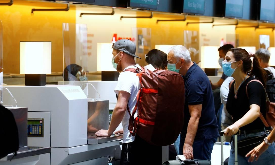 Foto del pasajero frente al mostrador de facturación suizo en el aeropuerto de Zúrich, Suiza: Arnd Weekman / Reuters