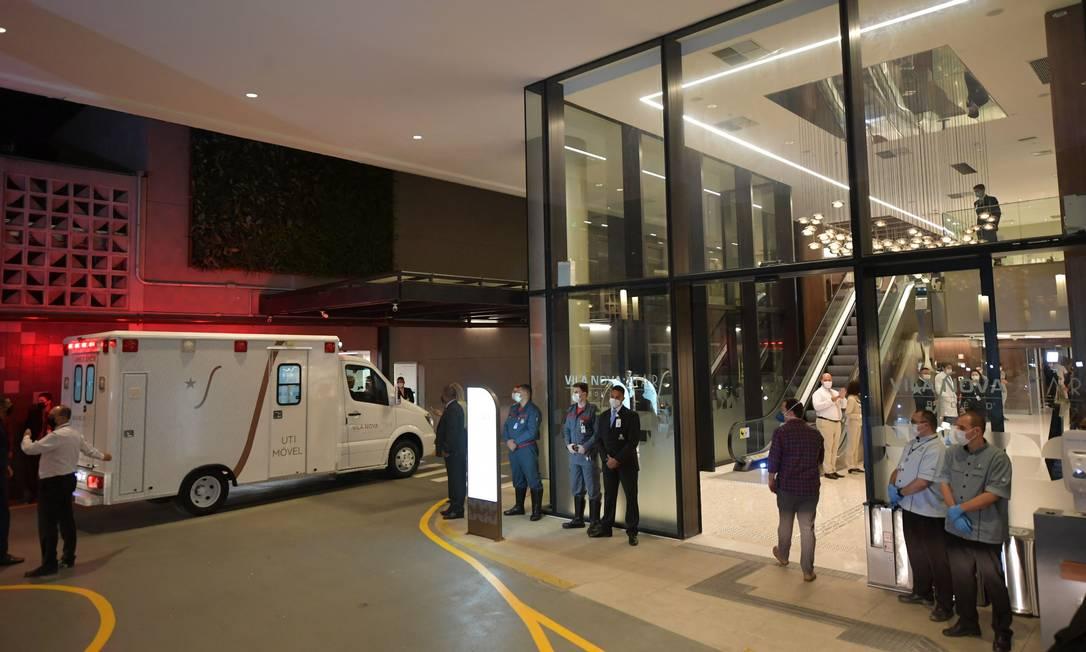Presidente Jair Bolsonaro chega de ambulância ao Hospital Vila Nova Star, em São Paulo Foto: NELSON ALMEIDA / AFP
