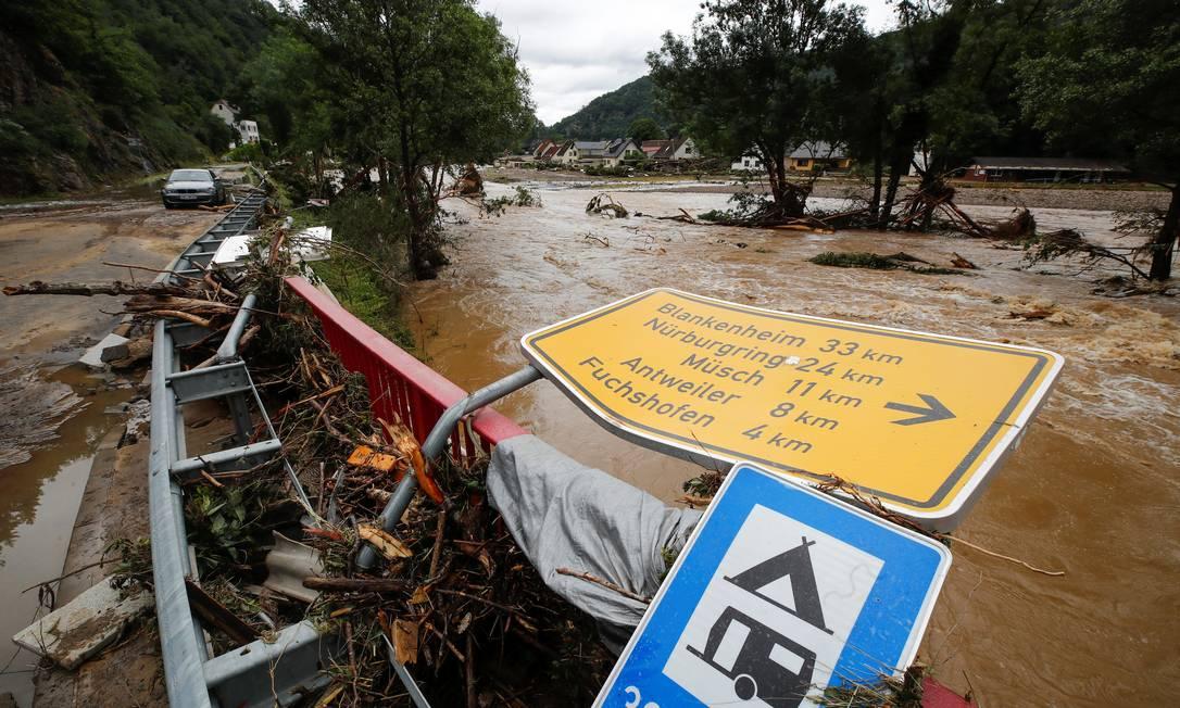 Inundações na Alemanha arrastaram vários carros Foto: WOLFGANG RATTAY / REUTERS