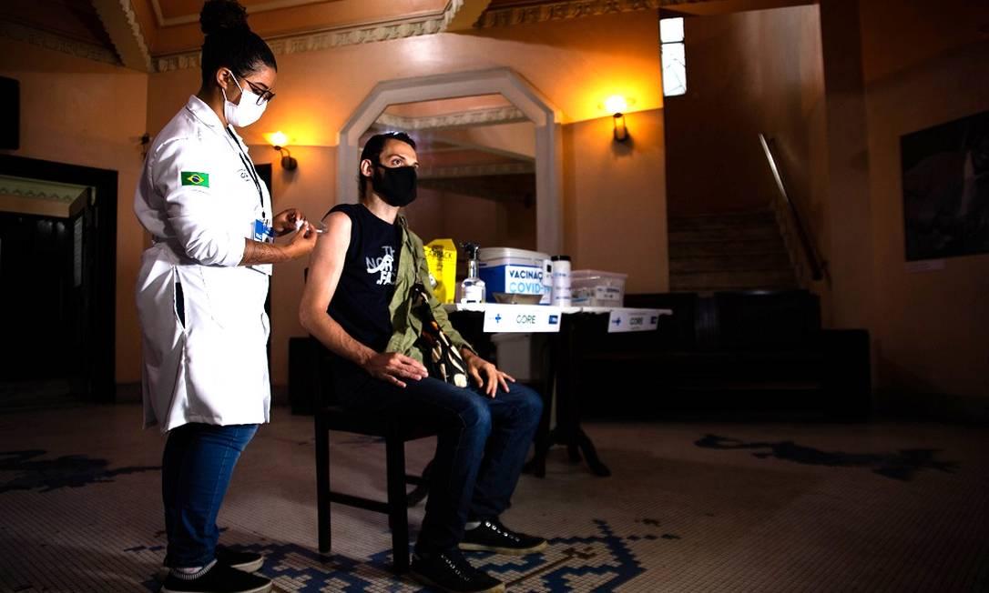 Vacinação contra a Covid-19 no Teatro Municipal Carlos Gomes, Praça Tiradentes, Rio de Janeiro Foto: Maria Isabel Oliveira / Agência O Globo
