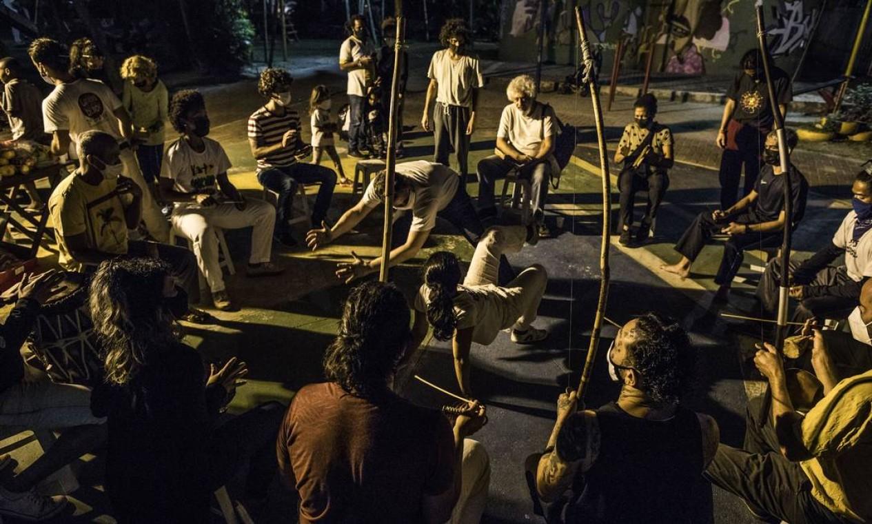 A vida rumo ao normal: roda de capoeira ao ar livre na Praça Nelson Mandela, em Botafogo. Segundo estudo, imunização salvou a vida de quase 6 mil idosos Foto: Guito Moreto / Agência O Globo