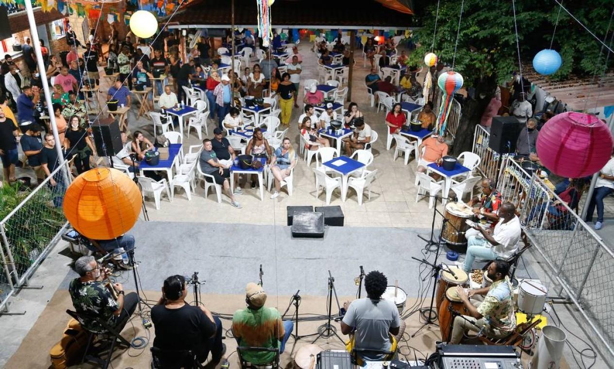 Músicos cantam para uma plateia no Samba do Trabalhador, no Andaraí Foto: Roberto Moreyra / Agência O Globo