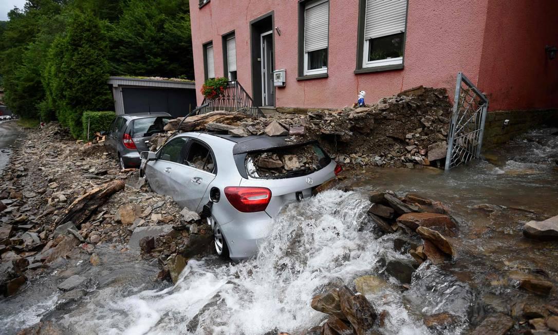 Un'auto coperta di macerie ad Hagen.  Almeno 42 persone sono morte e decine sono i dispersi a causa delle piogge torrenziali nella Germania occidentale Foto: INA FASSBENDER / AFP