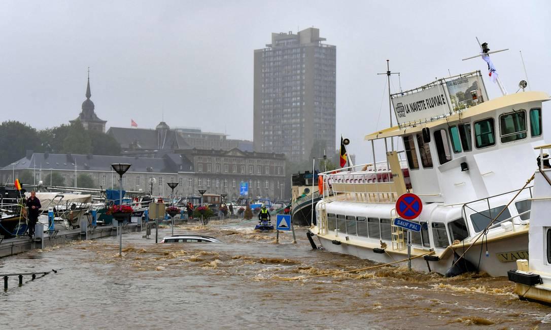 Una barca distrutta da un'alluvione a Liegi, in Belgio.  I funzionari della città hanno dato ordine di evacuare i quartieri vicino alle rive del fiume Mosa. Foto: BERNARD GILLET / AFP