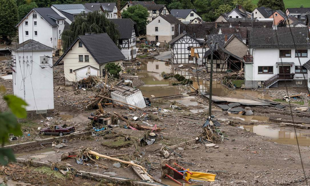 Le case sono crollate e sono state spazzate via nel villaggio di Shold, con molti dispersi e quattro morti accertati.  Foto: BERND LAUTER / AFP