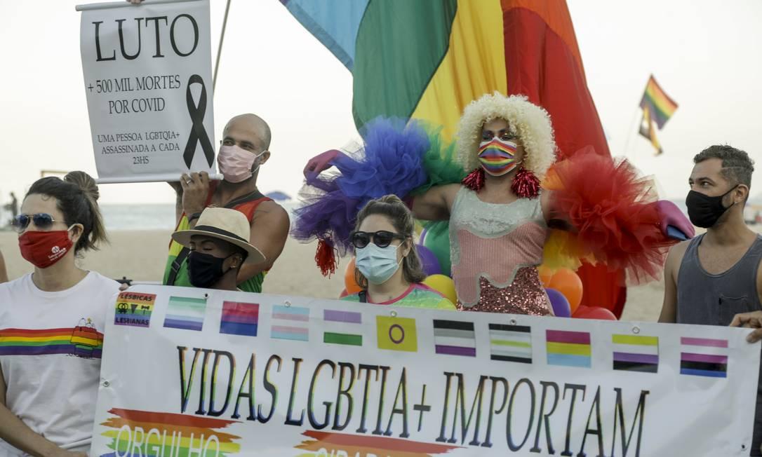 Ato na praia de Copacabana fez alerta contra LGBTfobia Foto: Gabriel de Paiva / Agência O Globo (27/06/2021)