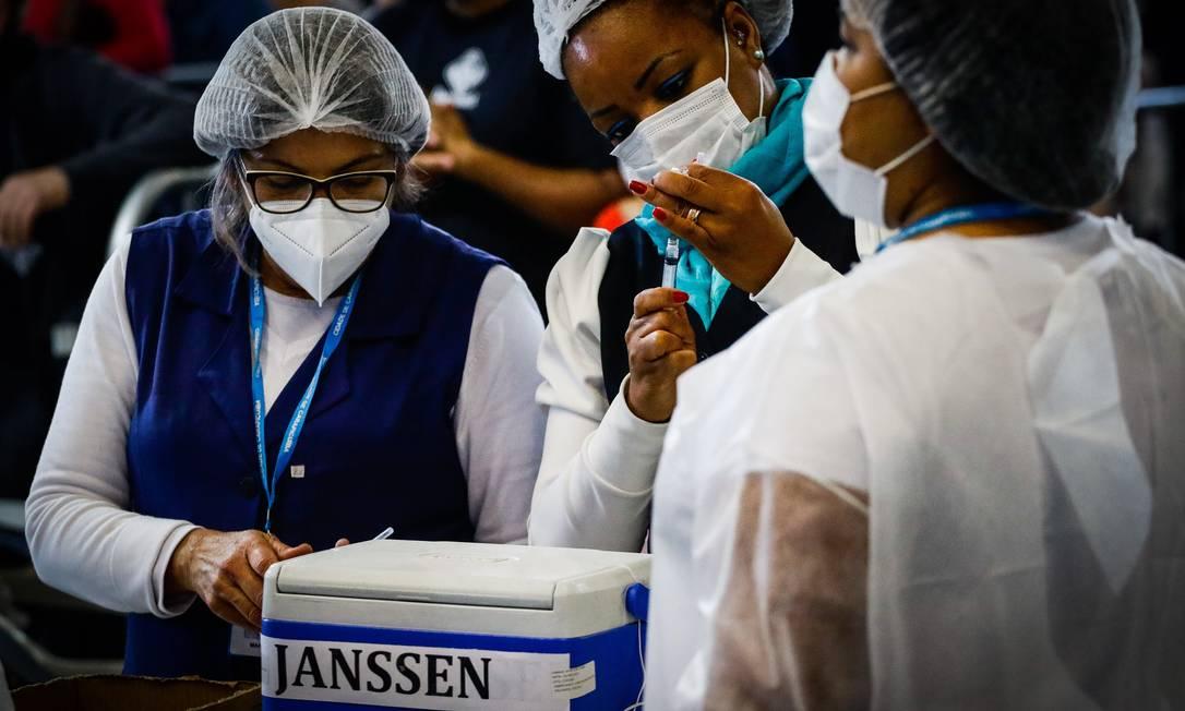 Vacinação contra a Covid-19 no Ginásio Poliesportivo Ayrton Senna, em Carapicuíba, na Grande São Paulo Foto: Aloisio Mauricio/Fotoarena