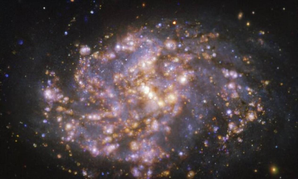 Galáxia NGC 1087, a 80 milhões de anos-luz de distância da Terra, na constelação da Baleia Foto: ESO/PHANGS