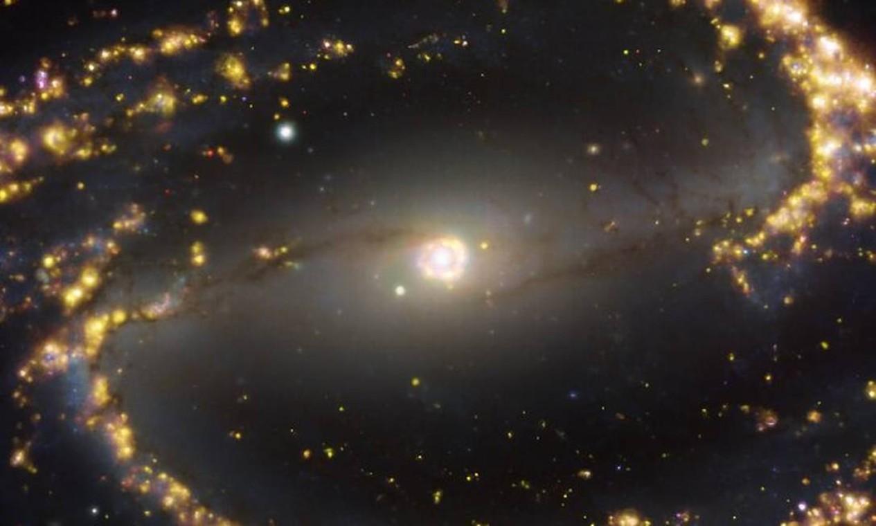Galáxia NGC 1300, em espiral com uma barra de estrelas e gás no seu centro, situada a 61 milhões de anos-luz de distância da Terra na constelação de Eridano Foto: ESO/PHANGS